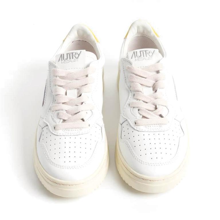 Autry - Scarpe - Sneakers - autry sneakers medalist low in pelle bianco giallo 1
